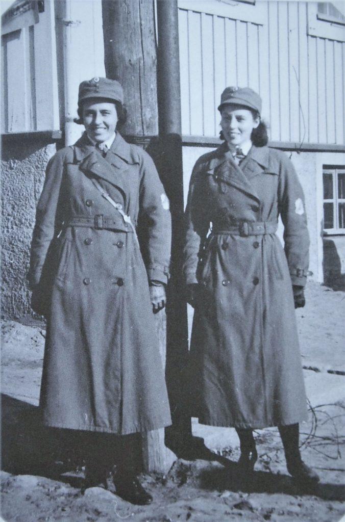Lotat Göta Helenius ja Marie-Louse Molander kevyissä päällystakeissa eli sademantteleissa syyskuussa 1941.