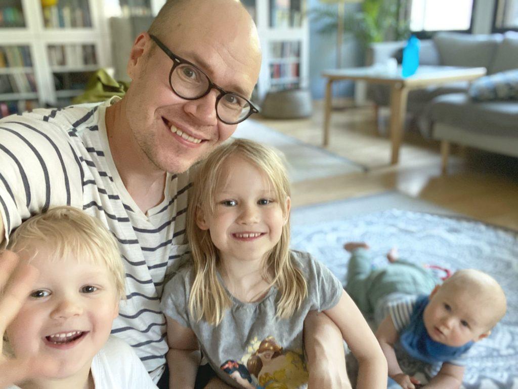 Rauha, Kaarlo ja Samuel kotona Helsingin Laajasalossa isänsä Vesan kanssa.