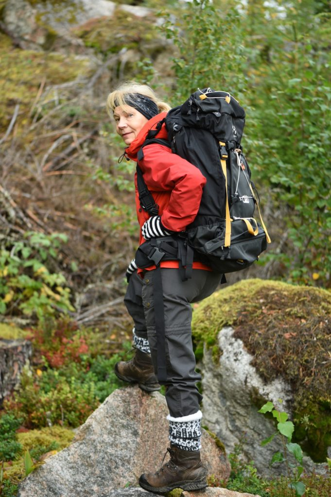 Helena Saarinen on innokas vaeltaja, joka mielellään samoilee niin kotikulmien, mökkikallioiden, Lapin kuin Karjalankin maisemissa.