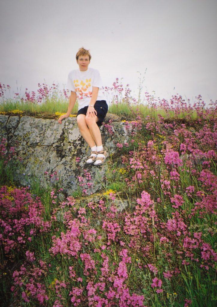 Ensimmäisellä kotiseuturetkellä vuonna 1991 Helena löysi äitinsä Helvin tervakukkia kasvavan kallioisen leikkipaikan Kurkijoen Mikrilästä.