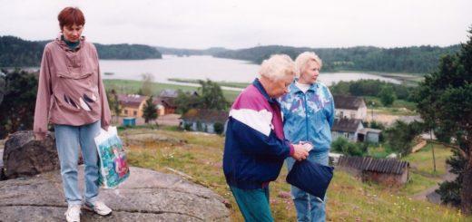 Kurkijoen Säkinmäeltä pääsi Helena äitinsä Helvin (etualalla) ja tätinsä Annikin kanssa ihastelemaan upeita Laatokalle avautuvia maisemia. Kuva 1990-luvulta.