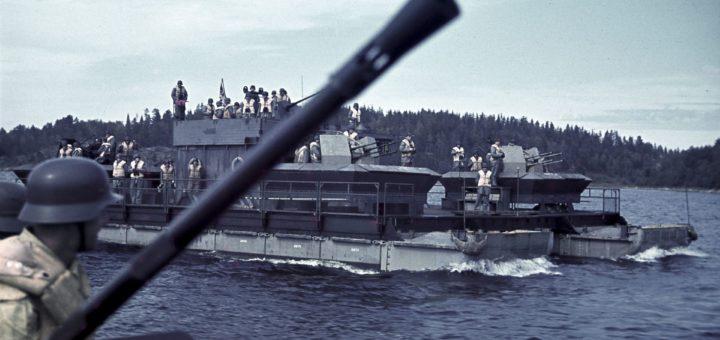 Laatokalla Lahdenpohjassa pidettiin elokuussa 1942 saksalaisen laivasto-osaston (Einsatzstab Fähre Ost) tarkastus tai paraati. SA-kuva