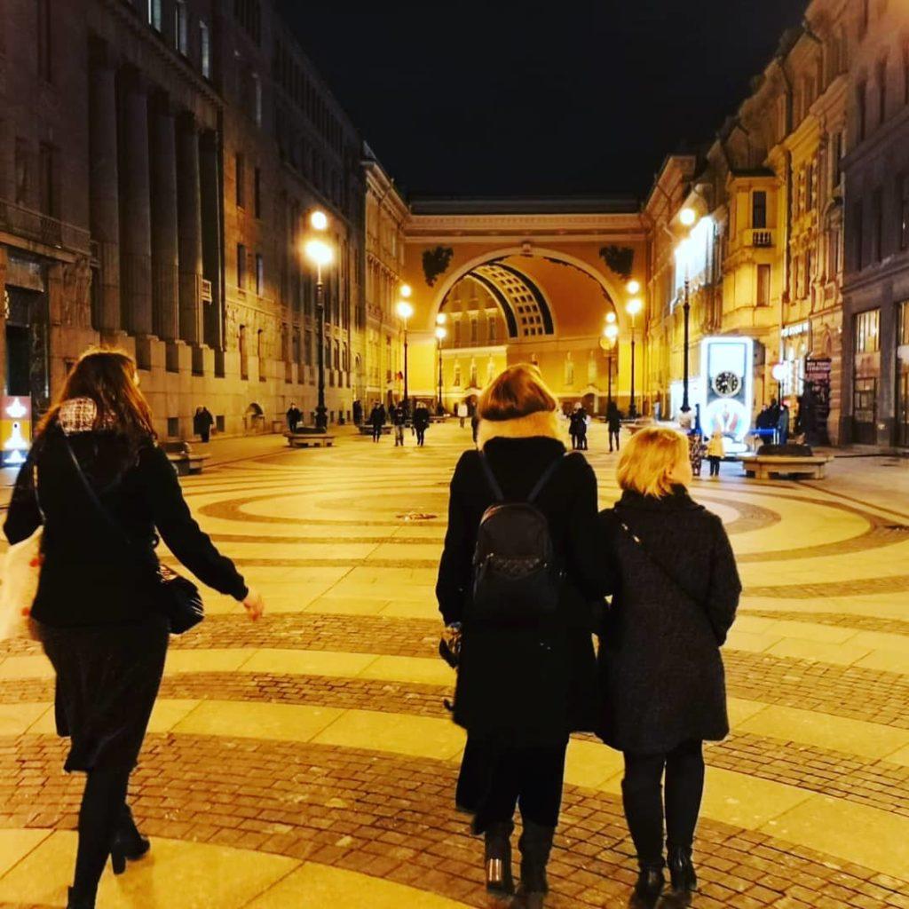 Pietari oli Soilen kotikaupunki vuosina 2004-2008, jolloin hän työskenteli Suomen pääkonsulaatissa konsulipalveluvirkailijana. Yksi Soilen lempipaikoista Pohjolan Venetsiassa on Palatsiaukio, jossa hän on työkavereiden kanssa joulukuussa 2019.