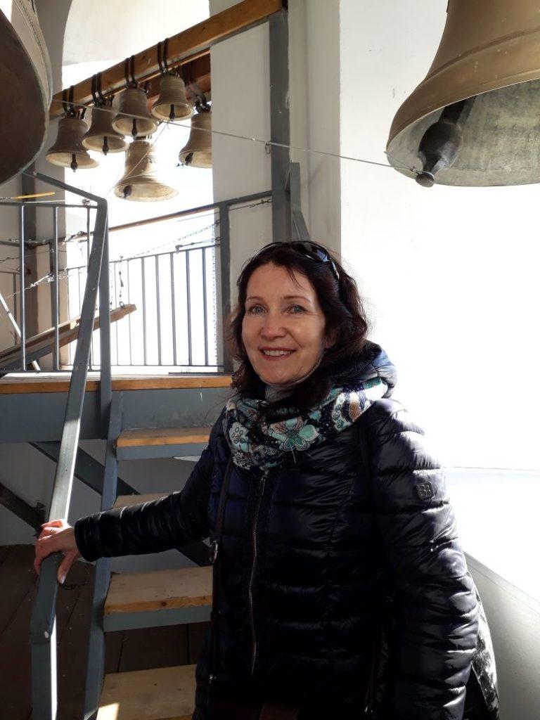 Natalia opastaa myös Konevitsan luostarisaarella, kuva luostarin kellotornissa ennen pandemiaa.